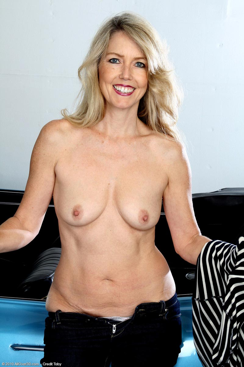 a mature woman showing her naked body from toni